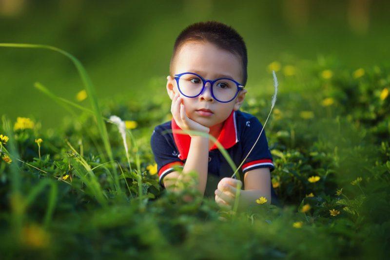 Znudzone-dziecko-w-trawie