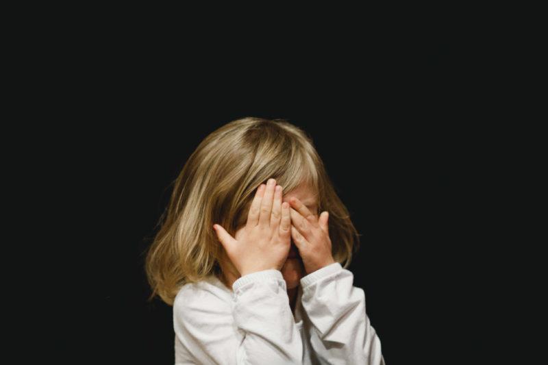 wystraszone-dziecko-na-czarnym-tle
