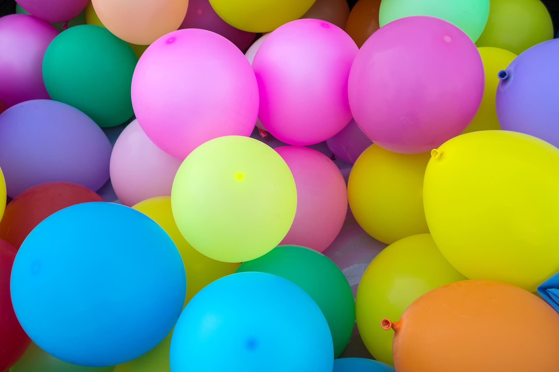 Mnostwo-kolorowych-balonow-urodzinowych