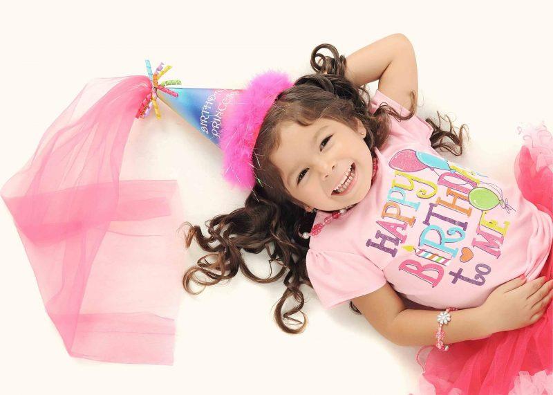 Mala-solenizantka-na-przyjeciu-urodzinowym