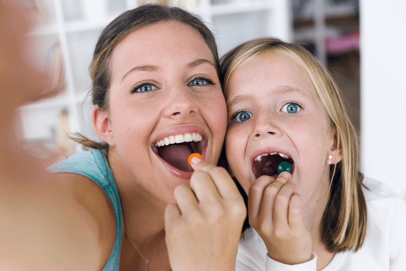 Mama-i-corka-razem-jedza-zdrowe-warzywa