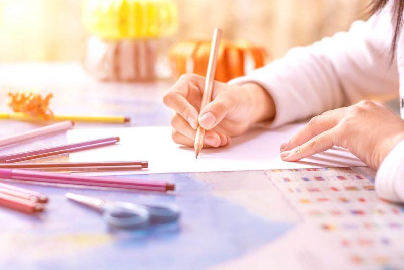 Dziecko-odrabia-lekcje-do-szkoly