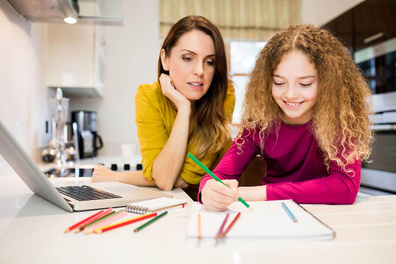 Mama-odrabia-zadanie-domowe-z-corka