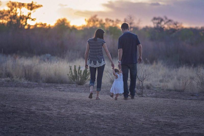 pierwszy-spacer-dziecka-z-rodzicami