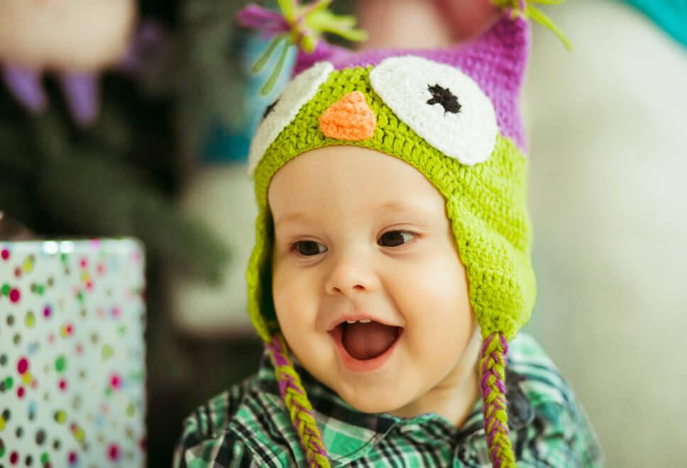 Usmiechniete-dziecko-w-czapce