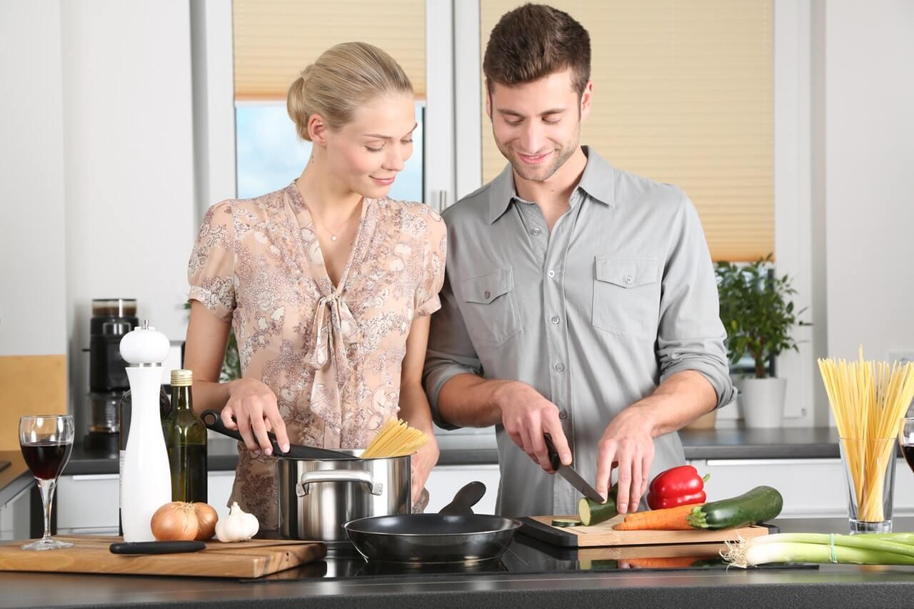 Szczesliwe-malzenstwo-wspolnie-gotuje-w-kuchni