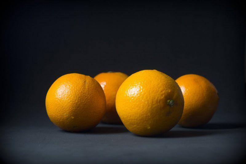 Pomarancze-na-czarnym-tle