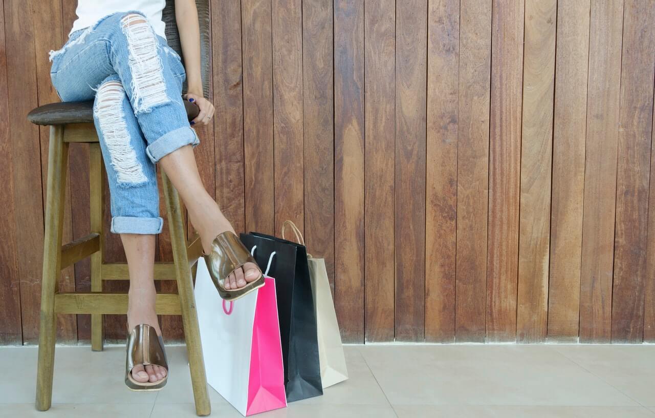 Kobieta-z-torbami-po-zakupach