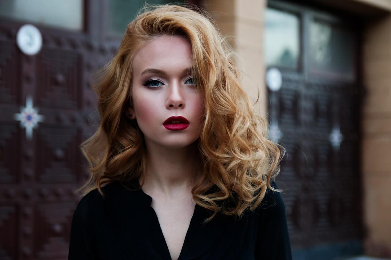 Blondynka-na-tle-miasta