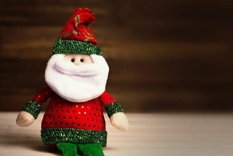 Zabawka-mikolaj-w-czerwonym-sweterku