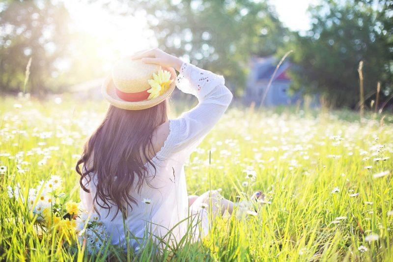Kobieta-na-trawie-w-kapeluszu