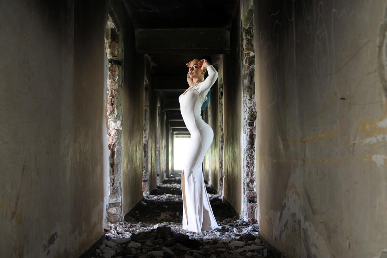 Kobieta-w-bialej-sukience