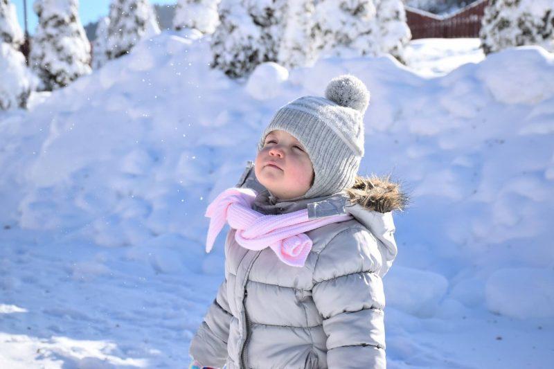Dziecko-cieplo-ubrane-na-sniegu