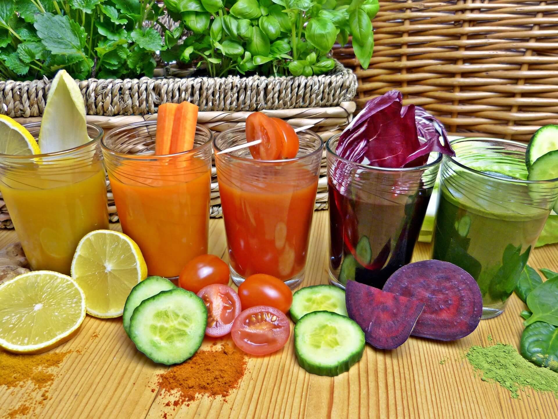 Soki-owocowo-warzywne-na-stole
