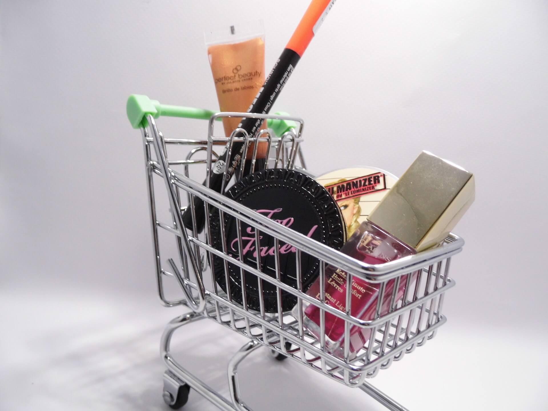 Mini-koszyk-zakupowy-z-kosmetykami