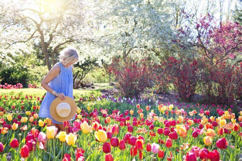 Kobieta-na-lace-z-kwiatami