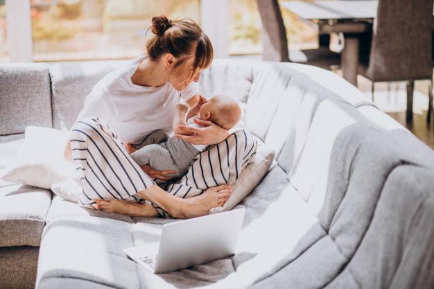 Rozstępy w ciąży, mama trzyma dziecko na rękach