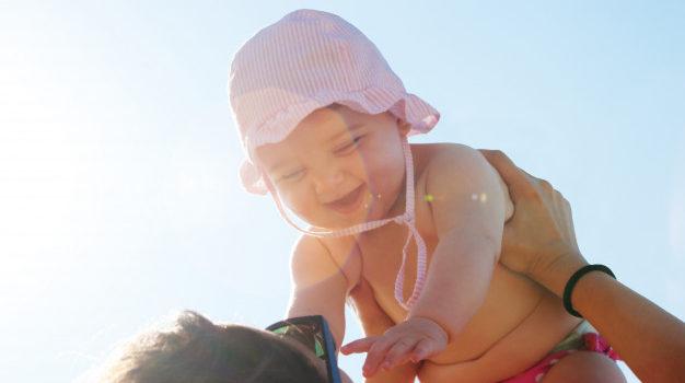 Spray przeciwsłoneczny – doradzamy jak dbać o skórę dziecka podczas upałów