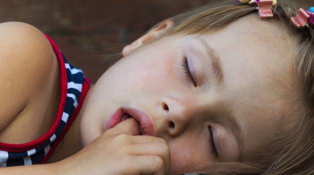 Ssanie kciuka u dziecka – czy to powód do obaw?